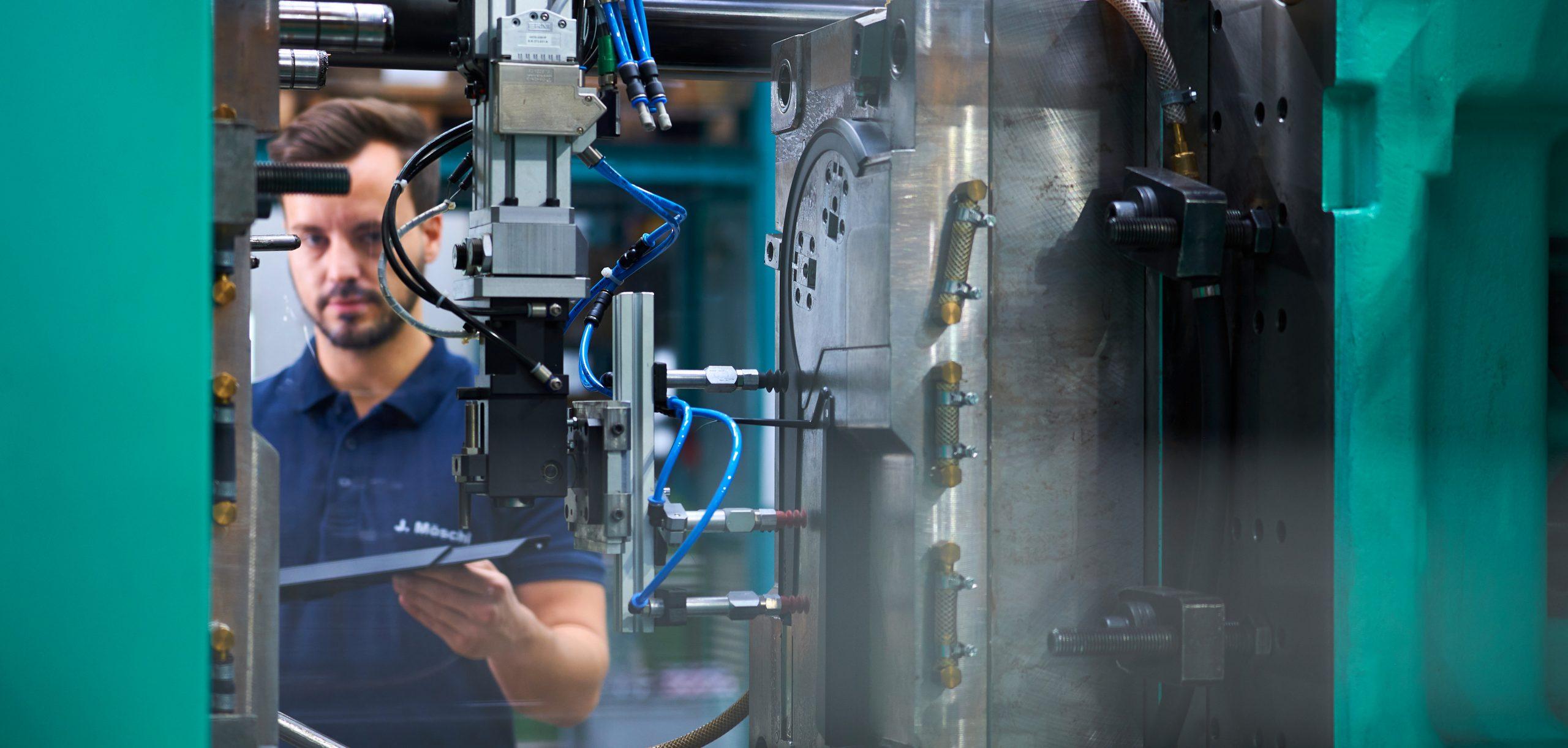 Bauteilentnahme bei einer Elektrospritzgießmaschine
